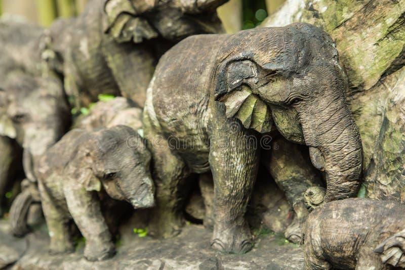 Dettagli di legno della scultura dell'elefante in zoo fotografia stock
