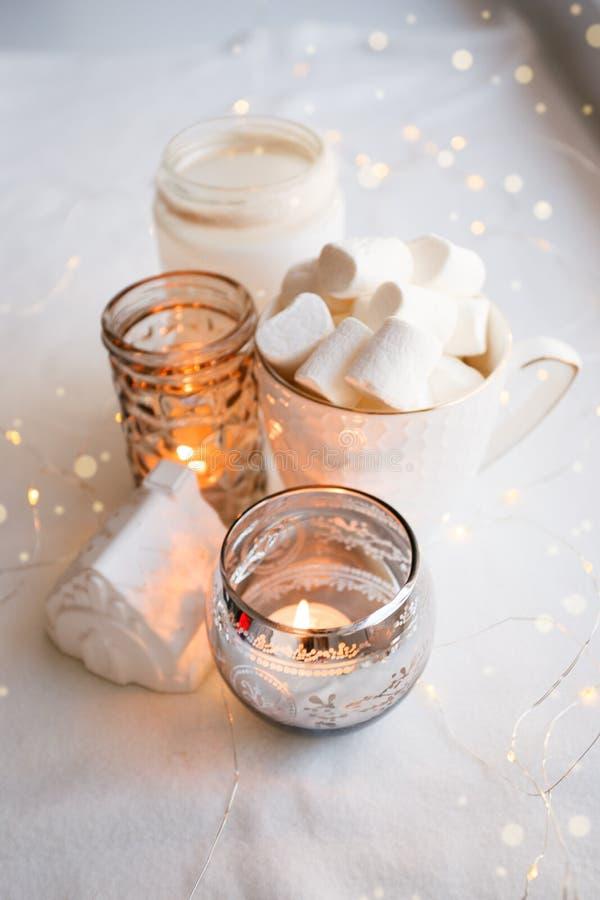 Dettagli di natura morta del salone nordico Scena accogliente di inverno nell'interno scandinavo Composizione nella candela di in fotografia stock