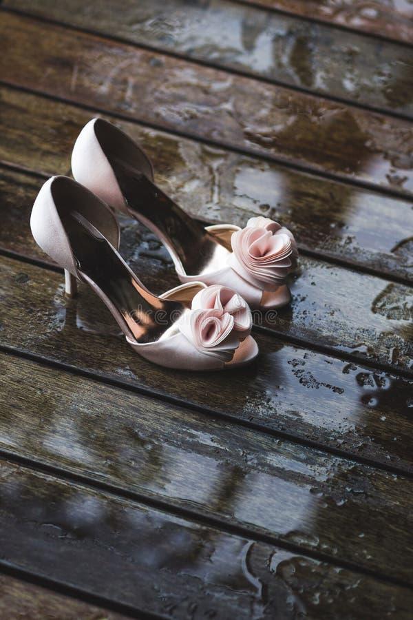 Dettagli di nozze della sposa Scarpe del tacco alto su di legno immagini stock libere da diritti