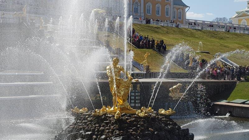 Dettagli di Peterhof Fontana dorata fotografia stock libera da diritti