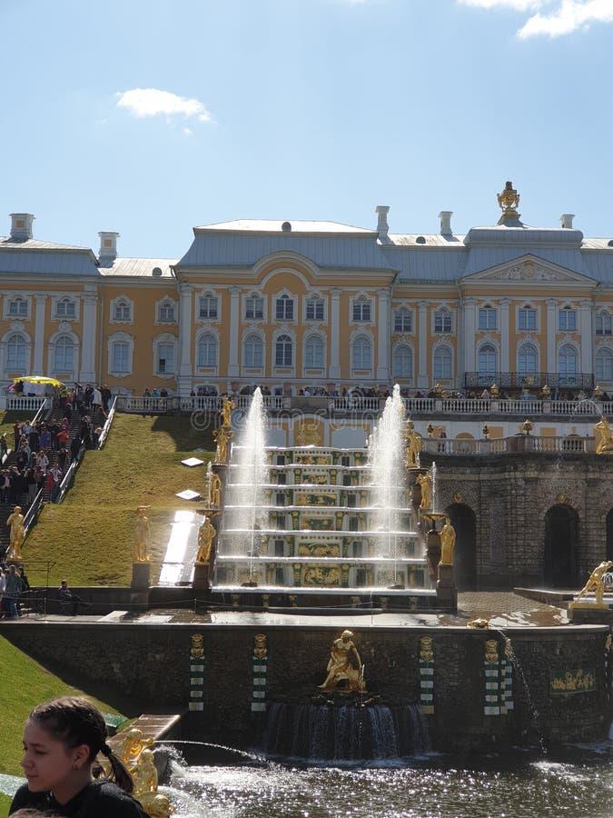 Dettagli di Peterhof fontani immagine stock