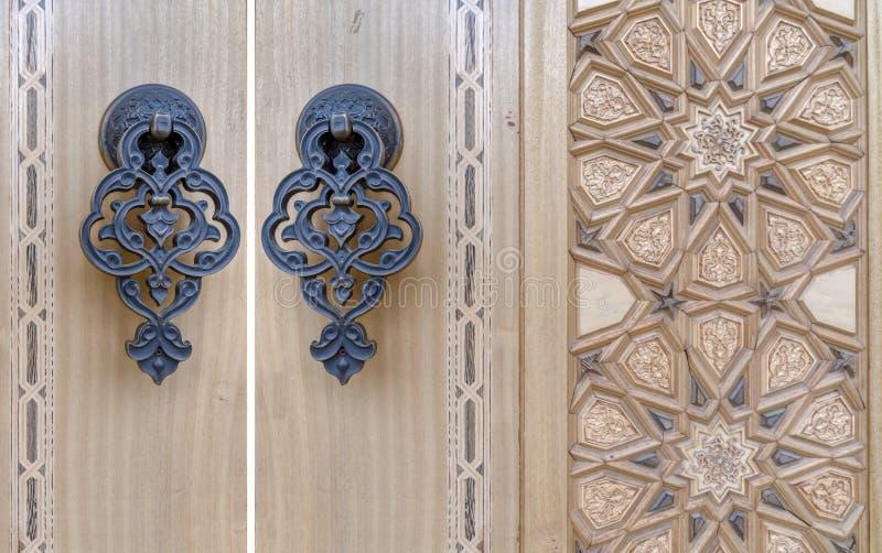 Dettagli di un'arte di scultura di legno fine sulla porta un'arte e un mestiere islamici, Ankara, Turchia immagini stock