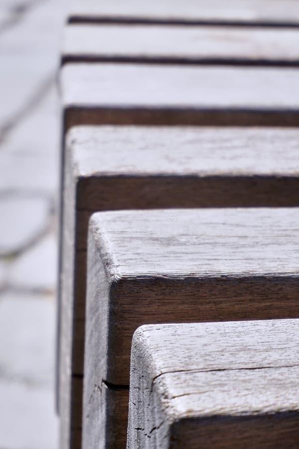 Dettagli di un banco di legno su una via del ciottolo fotografia stock