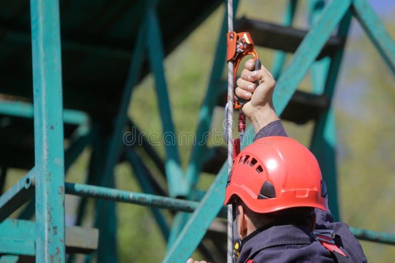 Dettagli di un pompiere rampicante rumeno che sta scalando una corda fotografia stock libera da diritti