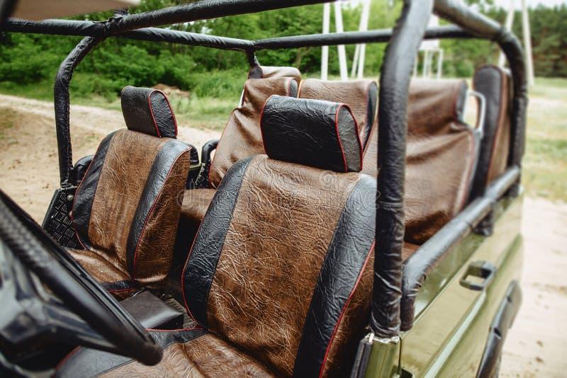 dettagli di una jeep con un colore verde scuro con gomma aggressiva fotografia stock libera da diritti