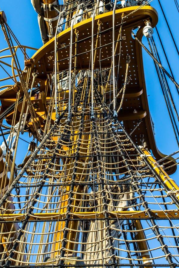 Dettagli di una nave alta in mare sullo stretto di Messina immagini stock