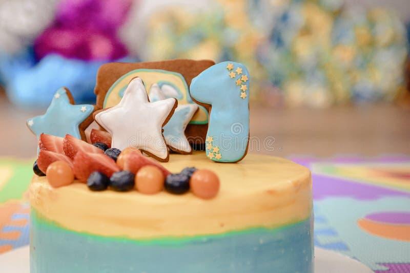 Dettagli di una prima torta di compleanno di anno in blu, per il ragazzo immagini stock
