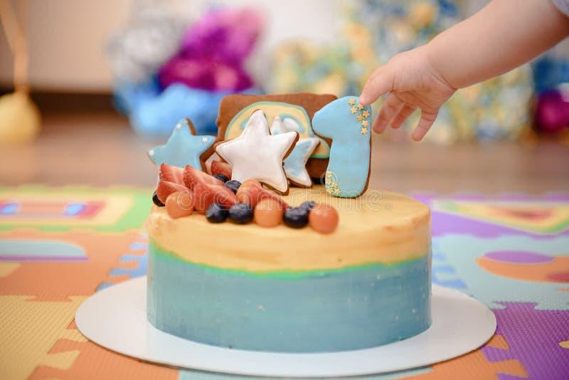 Dettagli di una prima torta di compleanno di anno in blu, per il ragazzo immagine stock