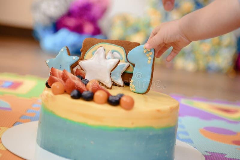 Dettagli di una prima torta di compleanno di anno in blu, per il ragazzo immagini stock libere da diritti