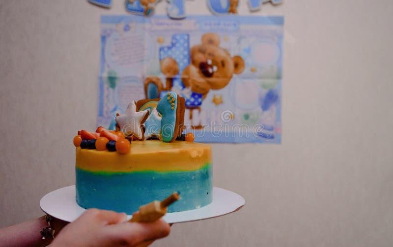 Dettagli di una prima torta di compleanno di anno in blu, per il ragazzo fotografia stock