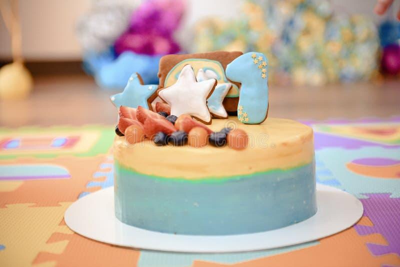 Dettagli di una prima torta di compleanno di anno in blu, per il ragazzo fotografia stock libera da diritti