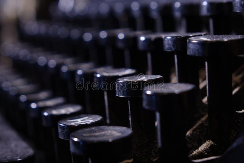 Dettagli di vecchia retro macchina da scrivere, stile d'annata, superfici polverose fotografia stock libera da diritti