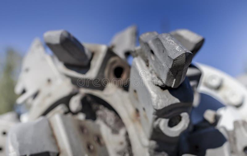 Dettagli di vecchio motore abbandonato del trapano della miniera in villa di Oroszlany fotografia stock