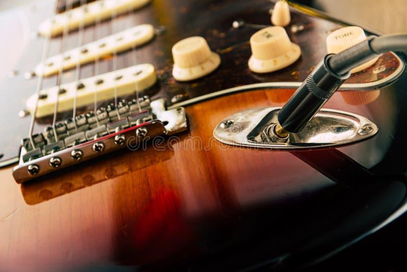 Dettagli e collegamento della presa del cavo di cavo e della chitarra Tono e controlli del volume fotografie stock libere da diritti