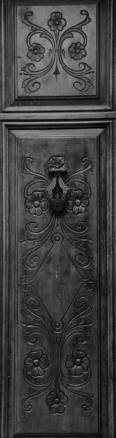 Dettagli floreali piacevoli e bei sulla porta di legno immagine stock libera da diritti