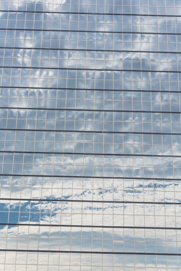 Dettagli il fondo della riflessione della nuvola sui wi moderni di vetro dell'orizzonte immagini stock libere da diritti