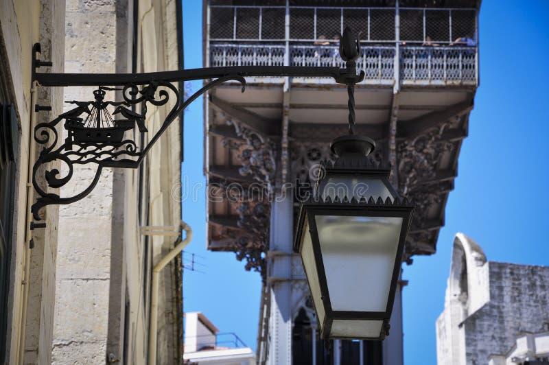 Dettagli il lf una posta tradizionale della lampada con Santa Justa Lift Elevador de Santa Justa sui precedenti a Lisbona immagini stock