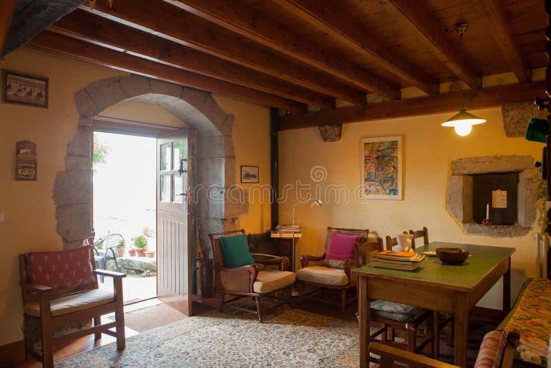 Dettagli il vecchio interno della casa di Navarrese con mobilia antica fotografia stock