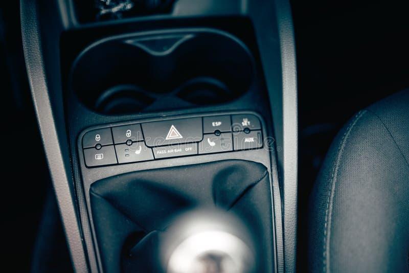 Dettagli interni dell'automobile moderna, cruscotto moderno dei bottoni e pannello Riscaldamento della sedia, opzioni degli airba fotografia stock libera da diritti