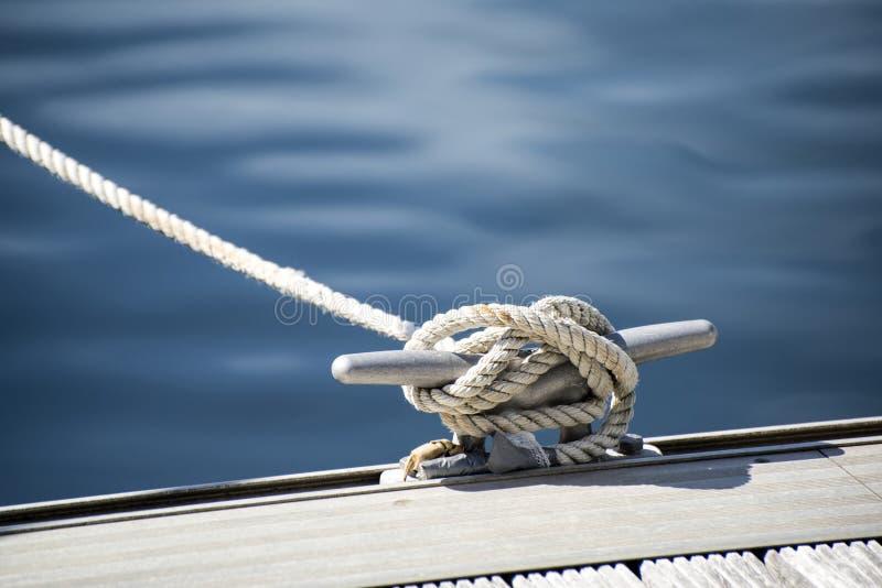 Dettagli l'immagine del morsetto della corda dell'yacht sulla piattaforma della barca a vela fotografia stock