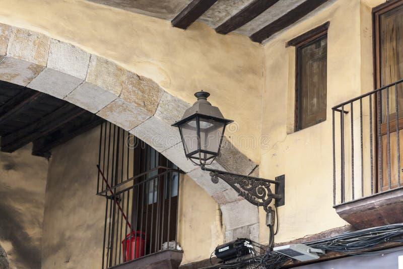 Dettagli la costruzione antica della facciata nel quarto sopportato EL, Barcellona fotografia stock
