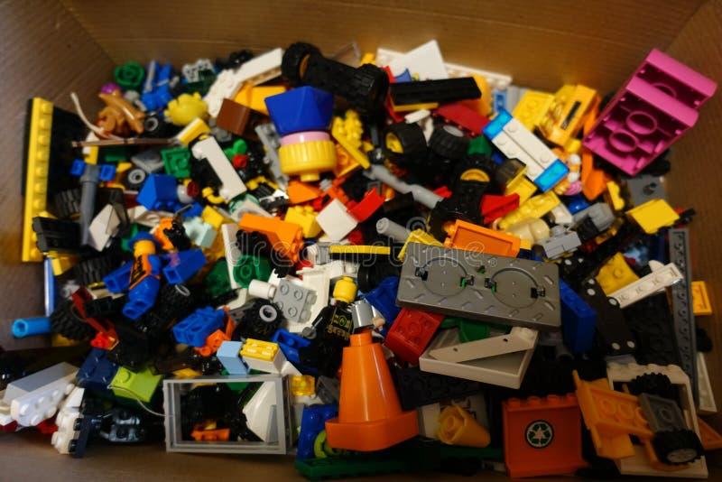 Dettagli multicolori di Lego in una scatola immagini stock libere da diritti