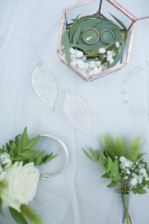Dettagli operati di nozze su una tavola immagini stock