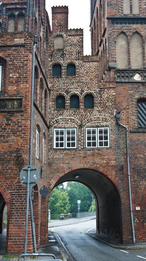 Dettagli su Burgtor o Burg Tor Northern Gate in stile gotico, bellissima architettura, Lubeck, Germania fotografia stock libera da diritti