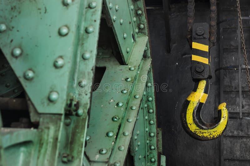 Dettagli su un vecchio motore abbandonato della miniera di carbone in Oroszlany appeso immagine stock libera da diritti