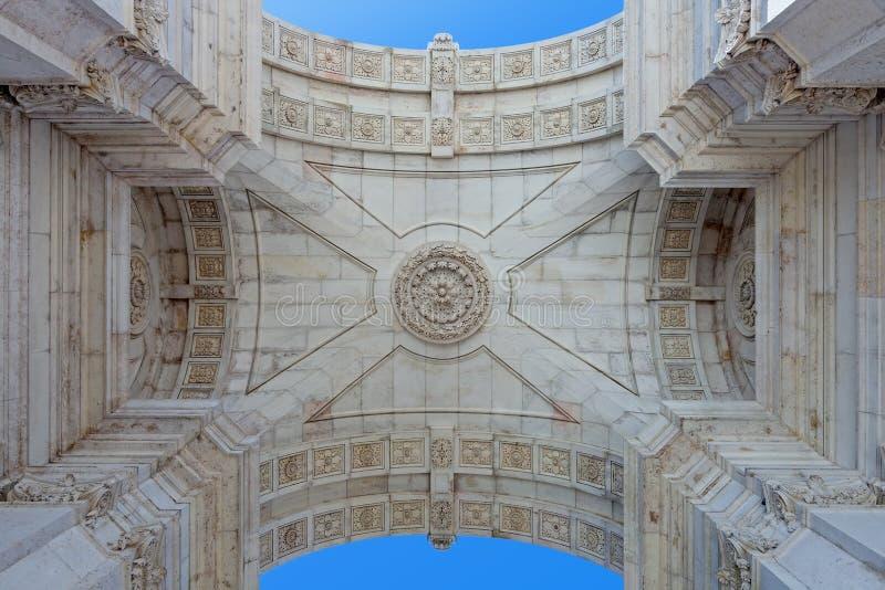Dettagli visto da sotto l'arco trionfale iconico nel quadrato di commercio fotografia stock libera da diritti