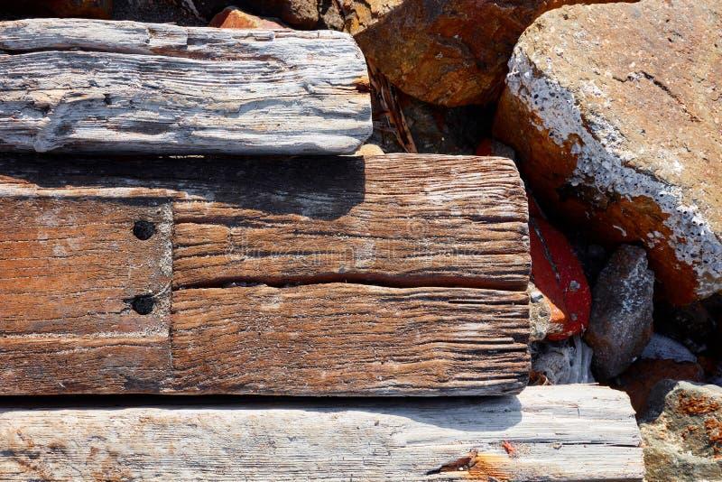 Dettaglio alto vicino dei pali di legno scuri della quercia marrone e grigia fotografie stock libere da diritti