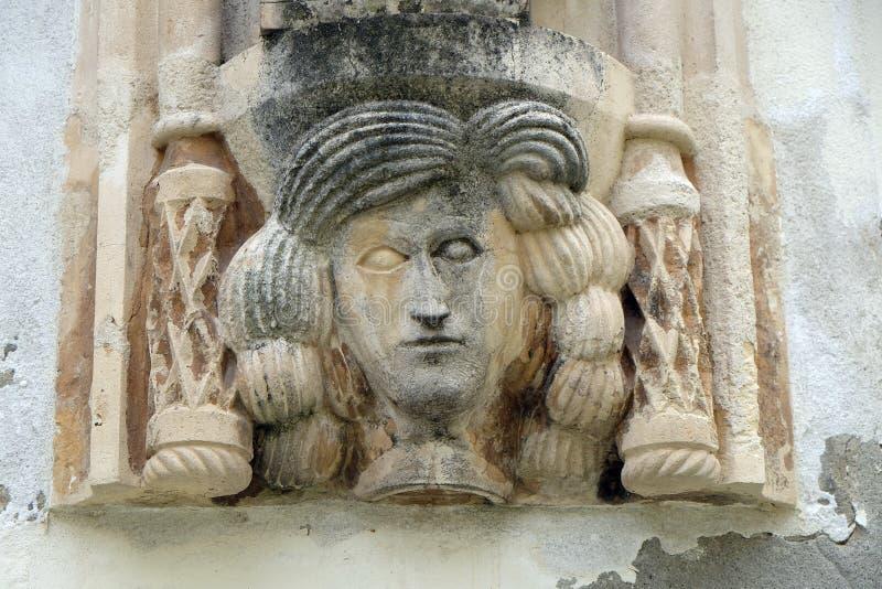 Dettaglio architettonico con un mascaron di una donna sulla facciata di vecchia costruzione in Varazdin, Croazia immagine stock