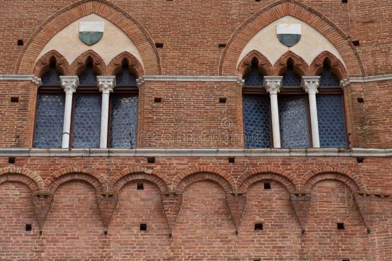 Dettaglio architettonico del Palazzo Pubblico alla piazza del Campo a Siena, Italia, Europa fotografia stock
