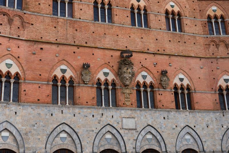 Dettaglio architettonico del Palazzo Pubblico alla piazza del Campo a Siena, Italia, Europa immagine stock