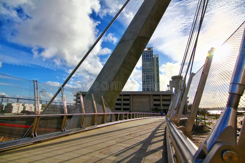 Dettaglio architettonico del ponte pedonale dell'azionamento del porto fotografie stock libere da diritti