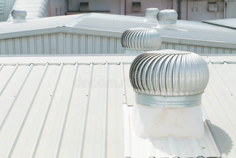 Dettaglio architettonico del tetto del metallo sulla costruzione commerciale immagine stock libera da diritti