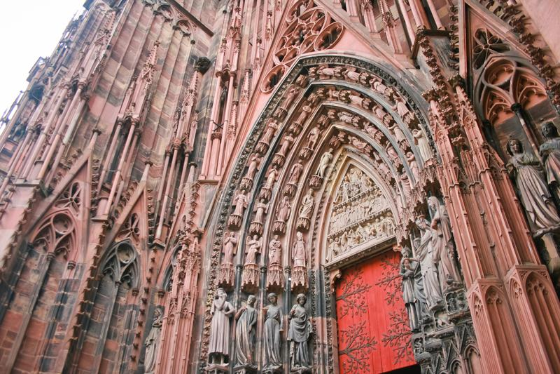 Dettaglio architettonico delle statue sul portico della cattedrale della diga di Notre a Strasburgo fotografia stock libera da diritti