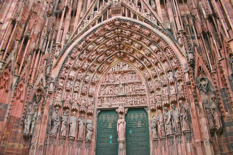 Dettaglio architettonico delle statue sul portico della cattedrale della diga di Notre a Strasburgo fotografie stock