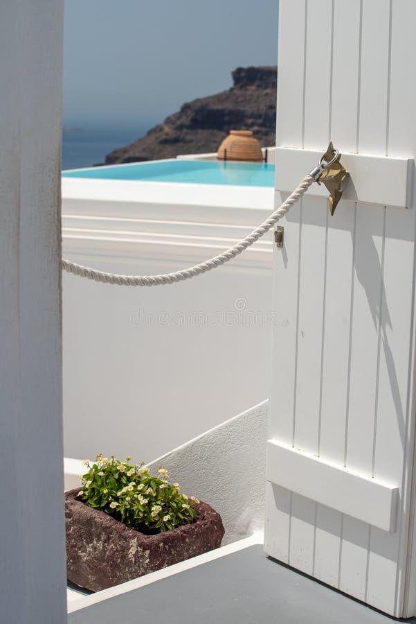 Dettaglio architettonico di Santorini sulla città di OIA e di Fira nel tempo di viaggio di estate fotografia stock