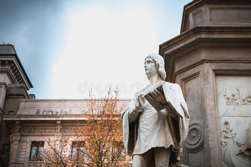 Dettaglio architettonico di una statua alla gloria di Leonardo da Vin immagini stock