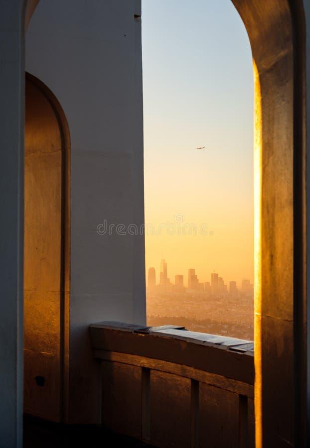 Dettaglio architettonico e orizzonte di Los Angeles osservato dall'osservatorio di Griffith fotografia stock libera da diritti
