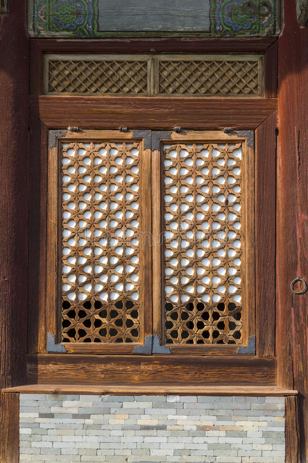Dettaglio architettonico finestra di legno di tradizione for Finestra legno antica