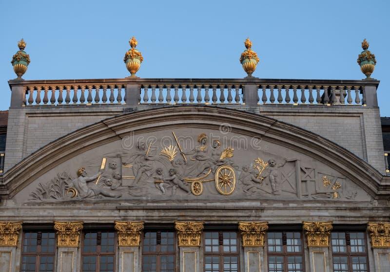 Dettaglio architettonico sul tetto di costruzione a Grand Place, Bruxelles, Belgio immagine stock libera da diritti