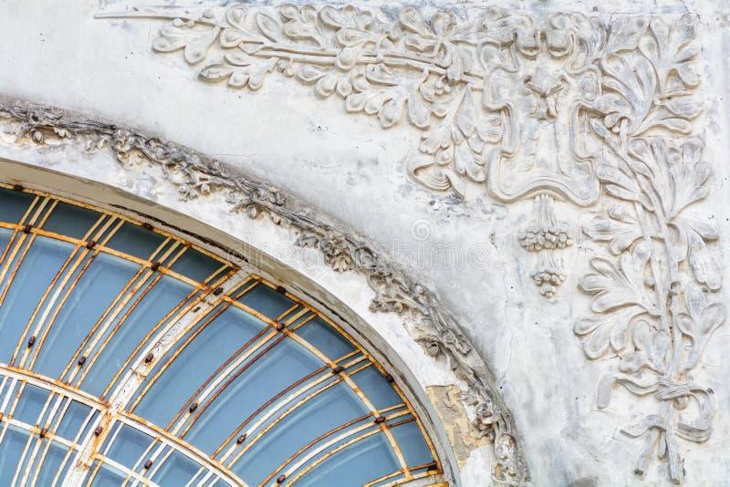 Dettaglio architettonico sulla vecchia costruzione della città Bello arhitectural fotografie stock