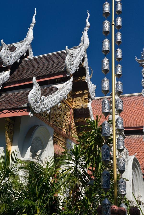 Dettaglio architettonico tailandese del tempio buddista E fotografia stock