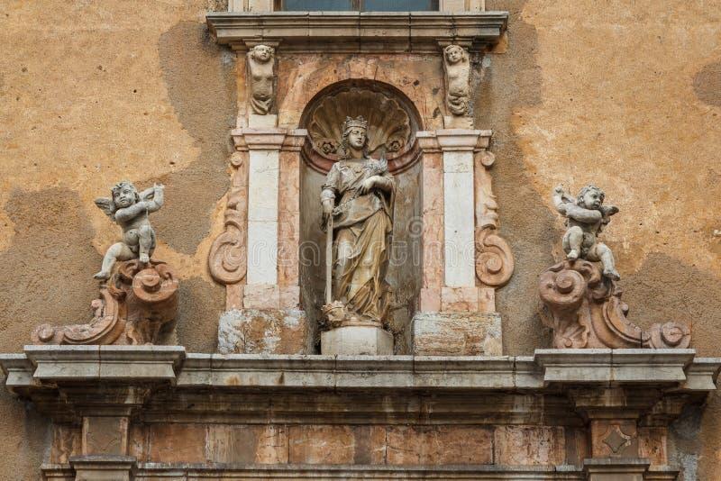 Dettaglio barrocco della facciata della chiesa in Taormina, isola della Sicilia fotografia stock