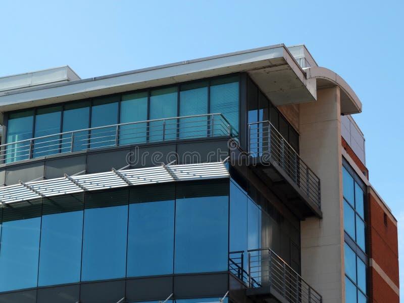 Dettaglio d'angolo di un edificio per uffici commerciale moderno immagini stock libere da diritti