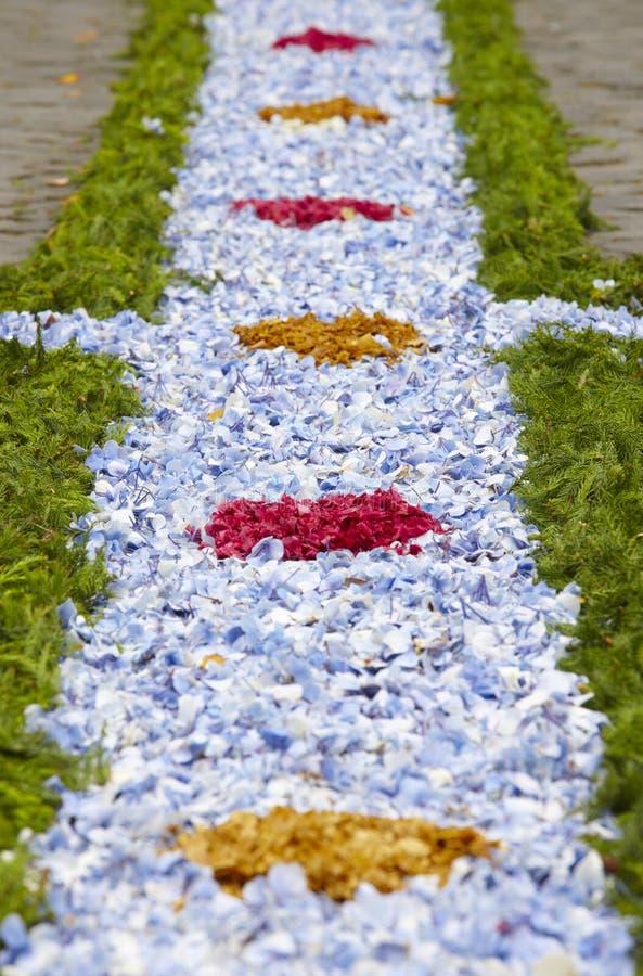 Dettaglio d'offerta floreale tradizionale su una via Sao Miguel islan immagini stock libere da diritti