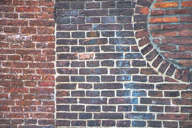 Dettaglio da un vecchio muro di mattoni con differenti modelli visibili fotografia stock libera da diritti