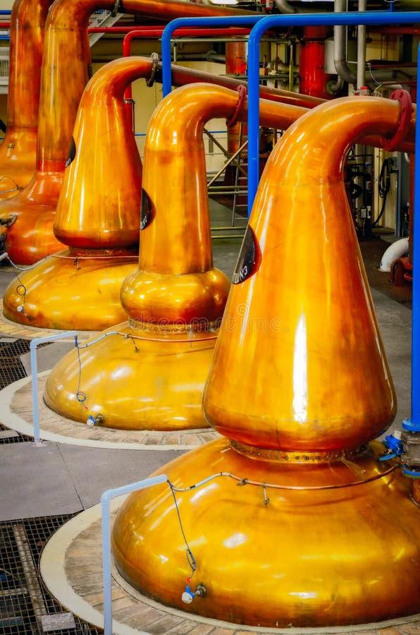 Dettaglio degli alambicchi di rame del vaso della distilleria, processo di fabbricazione del whiskey fotografie stock